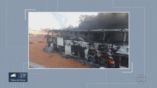 Ônibus pega fogo na BR-381, na Região Central de Minas Gerais