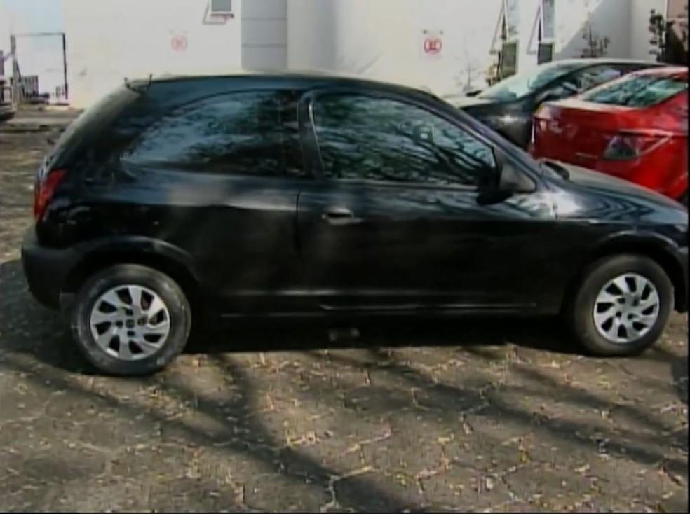 Carro onde bebê foi encontrado morto em Chapecó — Foto: Reprodução/NSC TV