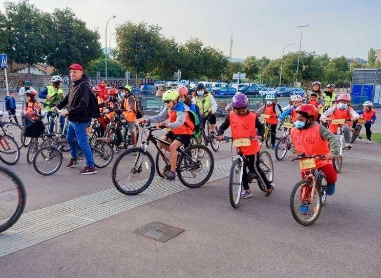 Pedal para escola: crianças formam 'bonde' de bicicletas na ida às aulas