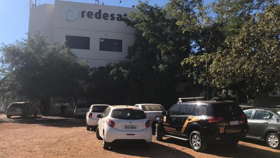 Agentes da Polícia Federal cumpriram mandados na rede de televisão estatal (Foto: Cassiano Rolim/TV Anhanguera)