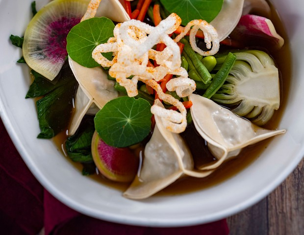 The rollout of hundreds of new plant-based dining options at Walt Disney World Resort in Lake Buena Vista, Fla., and Disneyland Resort in Anaheim, Calif., includes Steamed Asian Dumplings from Le Cellier at Epcot, which are filled with plant-based meat an (Foto: Divulgação)