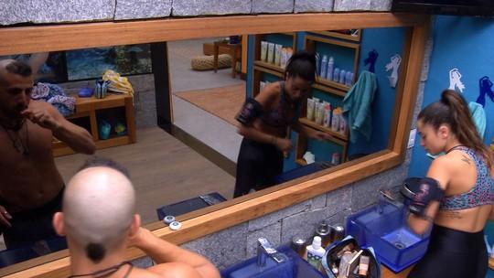 Paula passa maquiagem no banheiro e Kaysar escova os dentes