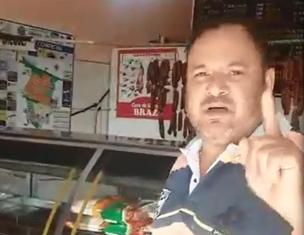 Comerciante reclama de furtos em vídeo e acima, a janela por onde o ladrão entrou (Foto: Reprodução)