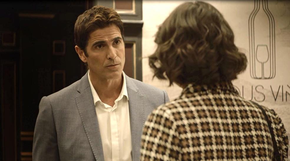 Régis (Reynaldo Gianecchini) diz a Josiane (Agatha Moreira) que a relação deles acabou, na novela 'A Dona do Pedaço' — Foto: Globo