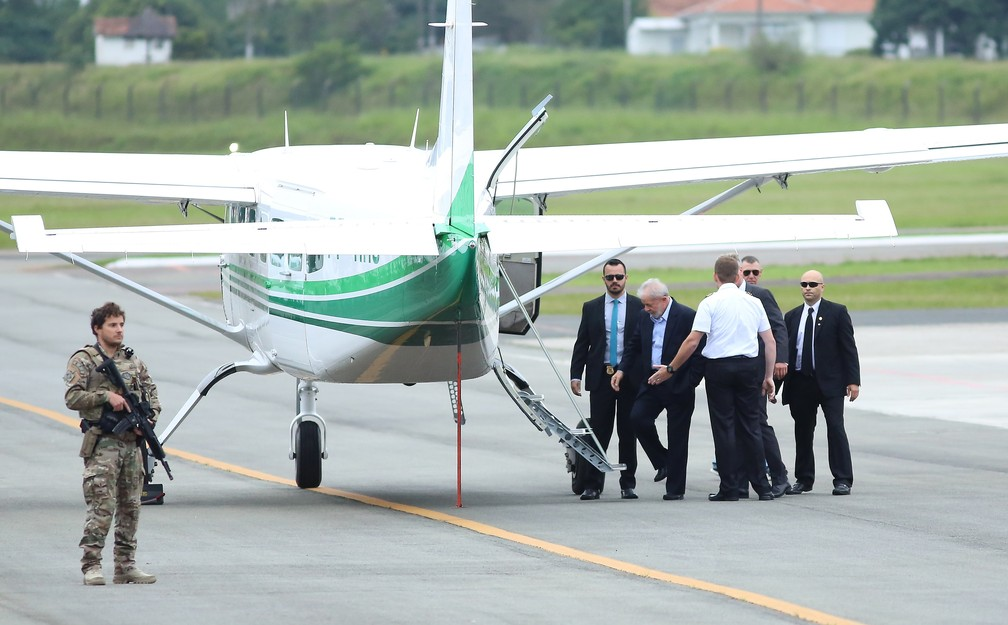 Lula chegou ao Aeroporto do Bacacheri pouco depois das 7h para embarcar para São Bernardo do Campo — Foto: Giuliano Gomes/PR Press