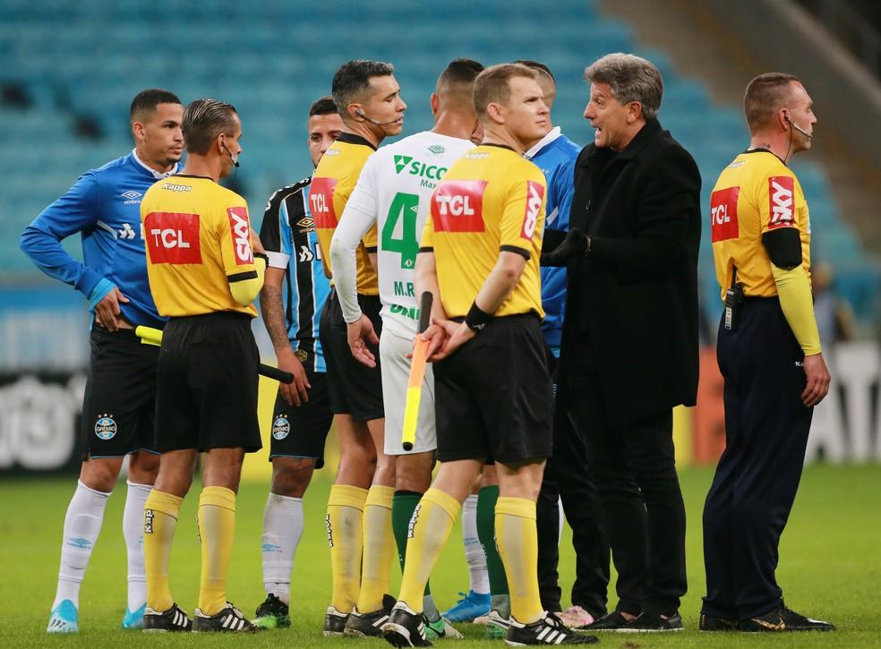 Renato Gaúcho viu pênalti em Kannnemann no final da partida — Foto: Reuters