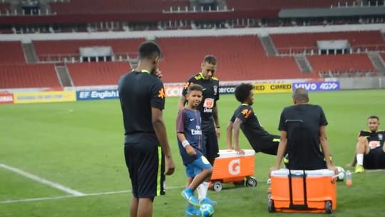 De pais para filhos: família Tite realiza sonho de Kempes, e João conhece Neymar