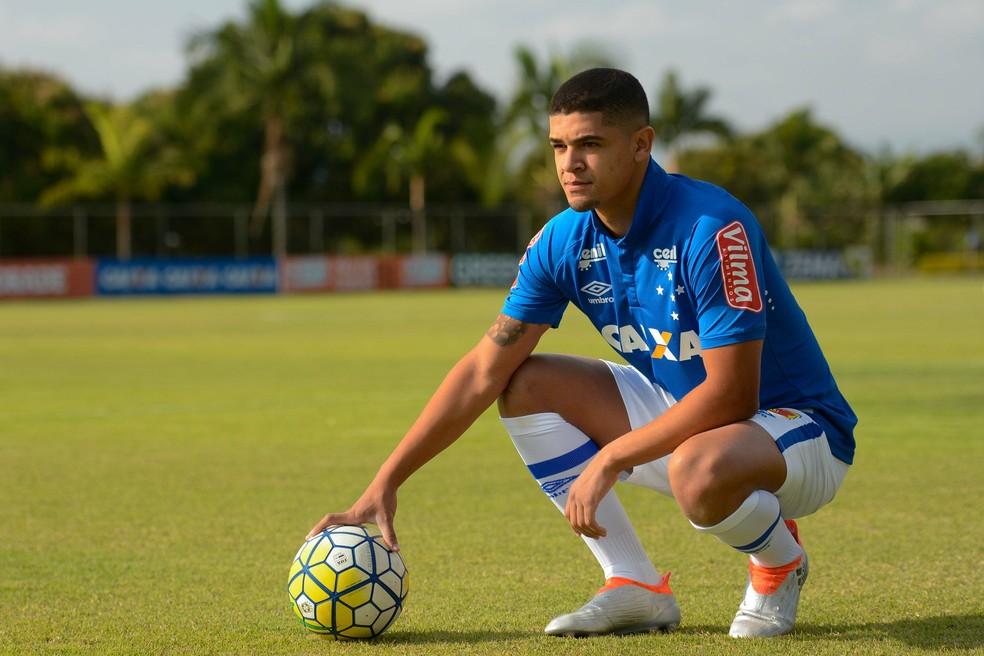 Dívida que resultou na dedução de pontos do Cruzeiro corresponde ao empréstimo de seis meses do volante Denilson — Foto: Washington Alves/Light Press