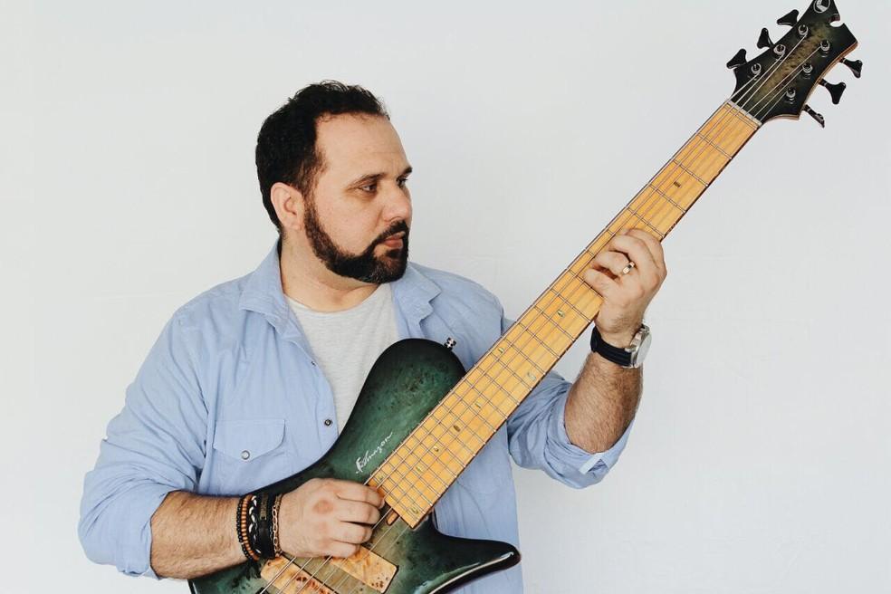 Cantor Alan Gomes canta obras de Djavan em show em Macapá (Foto: Pedro Stkls/Assessoria )