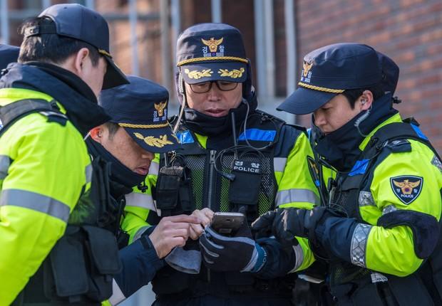 Polícia japonesa (Foto: Carl Court/Getty Images)