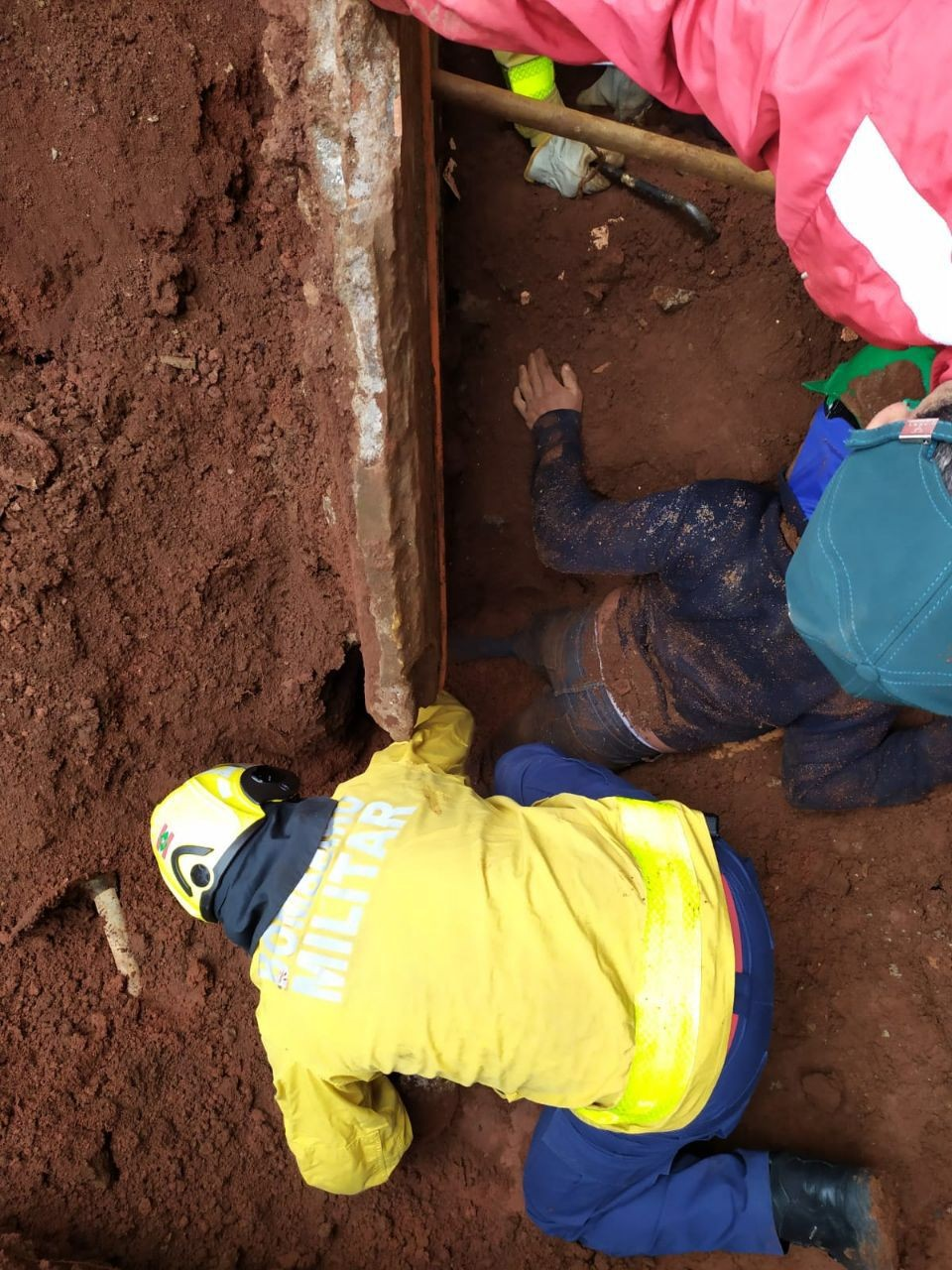 Dois pedreiros são soterrados parcialmente em Chapecó durante acidente de trabalho