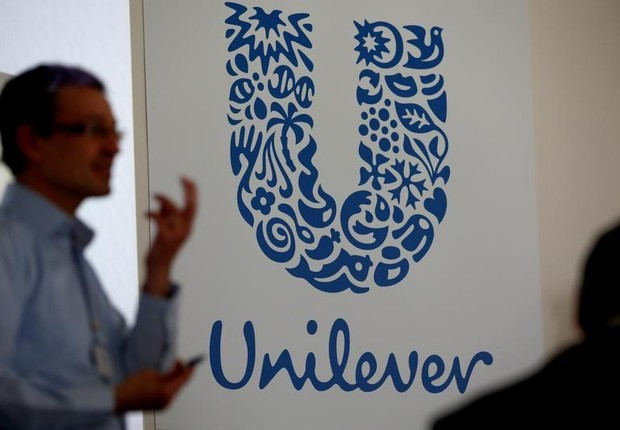 O logo do grupo Unilever é visto em fábrica da empresa em Saint-Dizier, na França (Foto: Philippe Wojazer/Reuters)