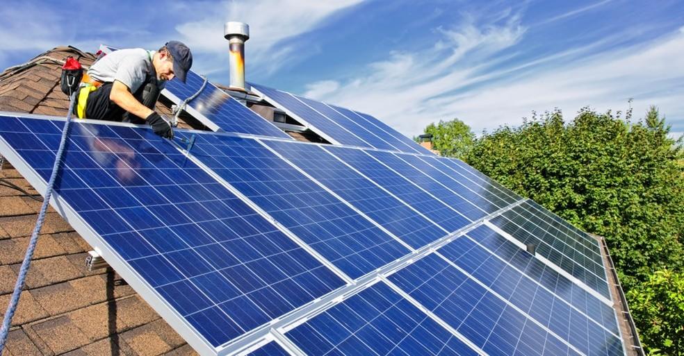 Painéis de energia solar sendo instalados — Foto: H-Energy/Divulgação
