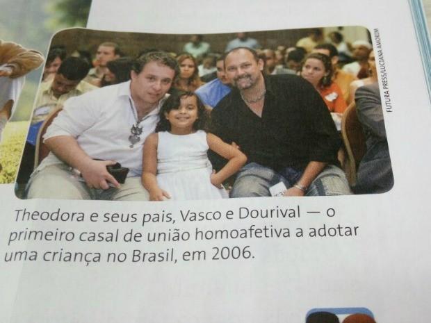 Livro vetado mostra foto de 1° casal gay a adotar criança no Brasil (Foto: Ana Claudia Ferreira/ G1)