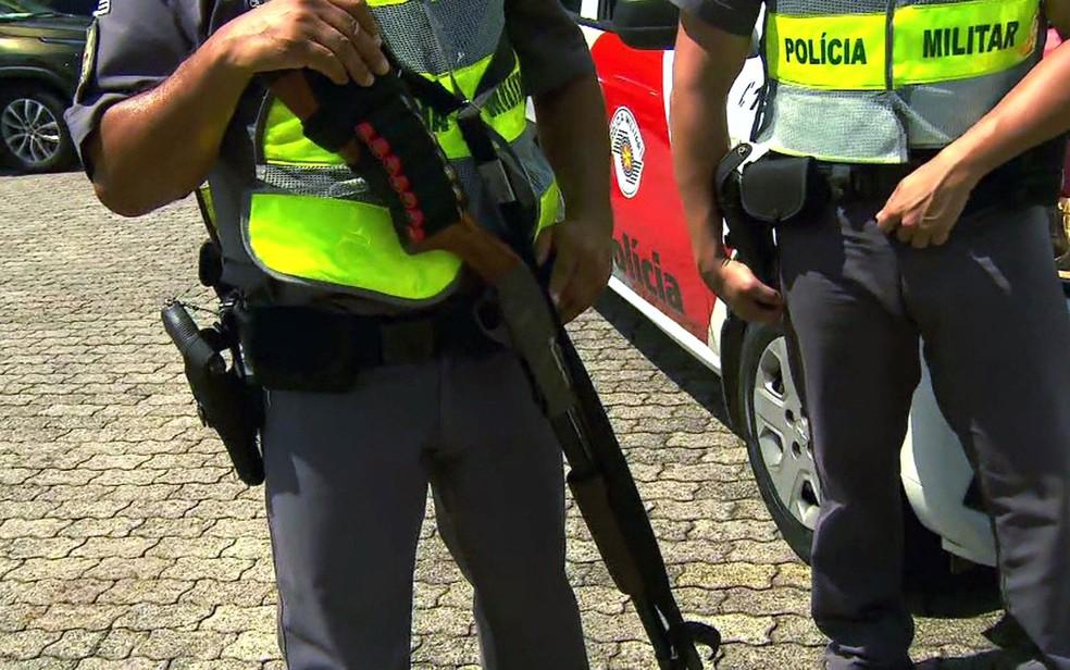 Policial militar segura espingarda calibre 12 — Foto: TV Globo/Reprodução
