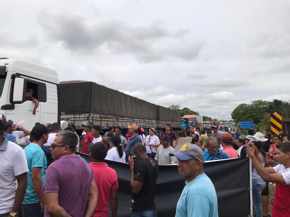 Protesto de garimpeiros na BR-174 — Foto: Jackson Félix/G1 RR