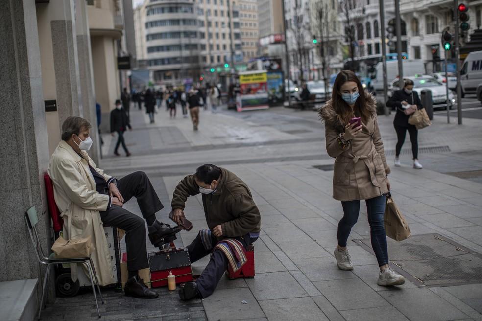 Sapateiro atende cliente em Madri no dia 28 de janeiro — Foto: Bernat Armangue/AP