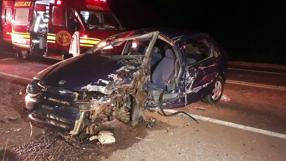 Carro dirigido pela vítima ficou destruído (Foto: José Aparecido/ TV Morena)