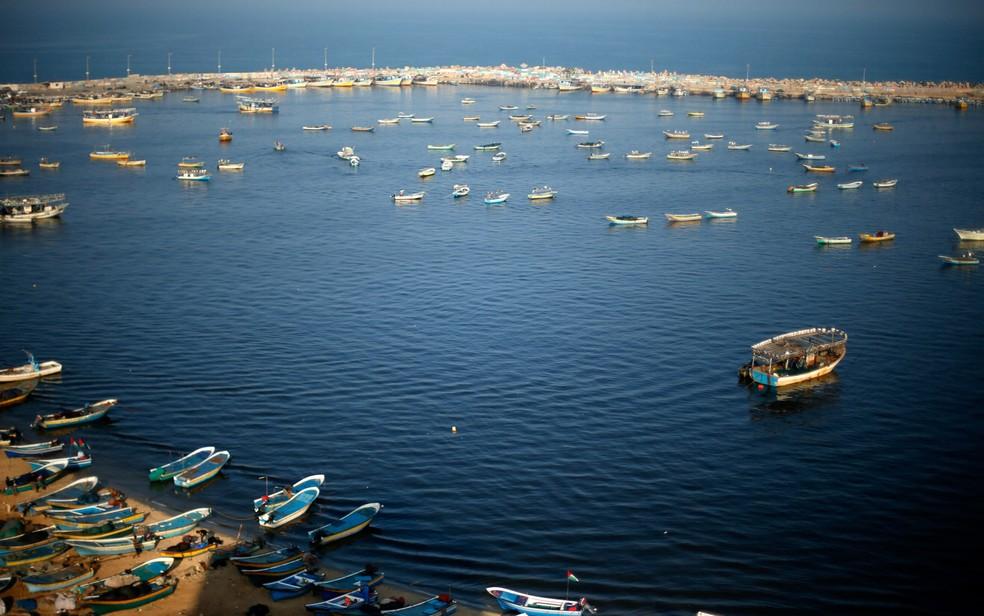 Barcos de pesca flutuam no porto da Cidade de Gaza.  — Foto: Suhaib Salem/Reuters