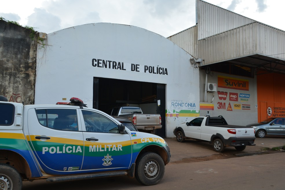 -  Suspeito preso foi levado para a Central de Flagrantes de Porto Velho  Foto: Hosana Morais/G1
