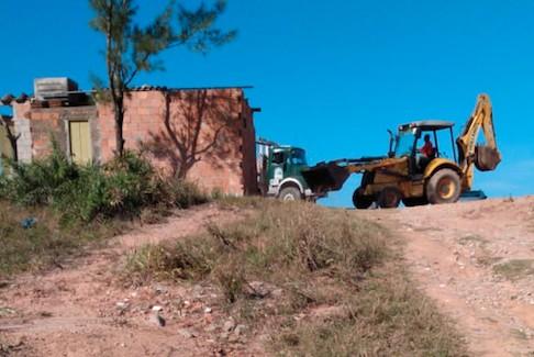 Operação para demolir quiosques é realizada em Araruama, no RJ - Notícias - Plantão Diário