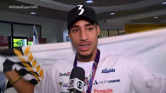 Prata no Mundial, Almir Júnior é recebido com festa em Porto Alegre e se emociona