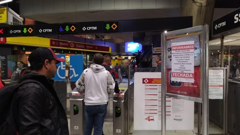 SÃO PAULO, 5h50: passageiro lê informe da greve fixado na estação Pinheiros do Metrô — Foto: Marina Pinhoni/G1