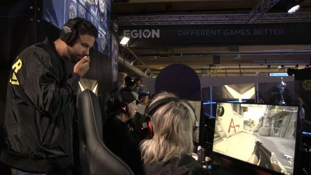 Treinador da equipe é dez vezes campeão do mundo em Counter Strike (Foto: BBC)