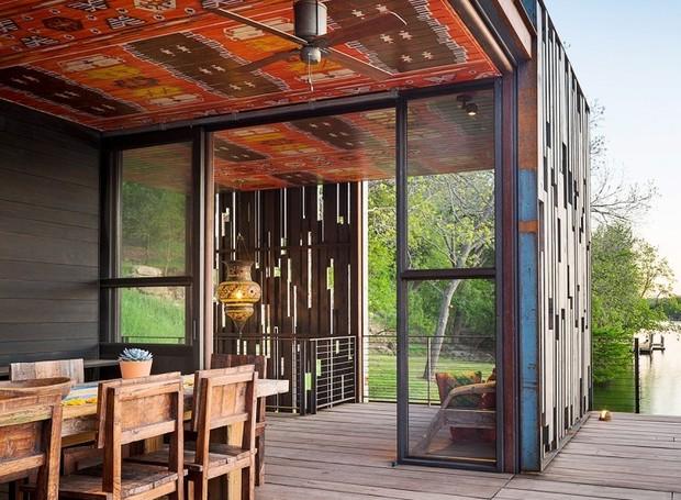 A madeira está em todos os lugares: móveis, paredes, piso e teto (Foto: Cocozy/ Reprodução)