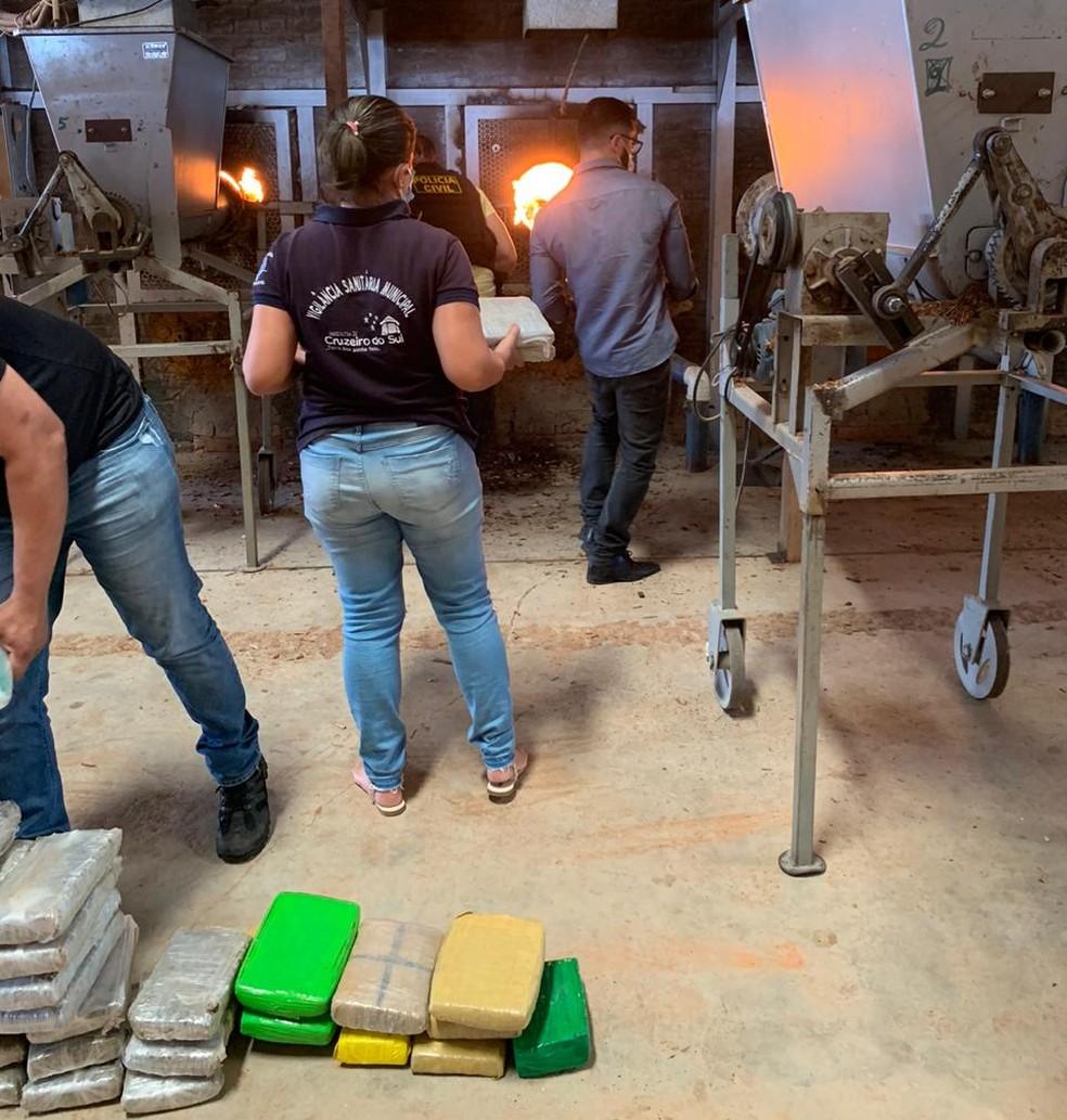 Vigilância Sanitária do município e Ministério Público do Acre participaram da incineração — Foto: Arquivo/Polícia Civil do Acre