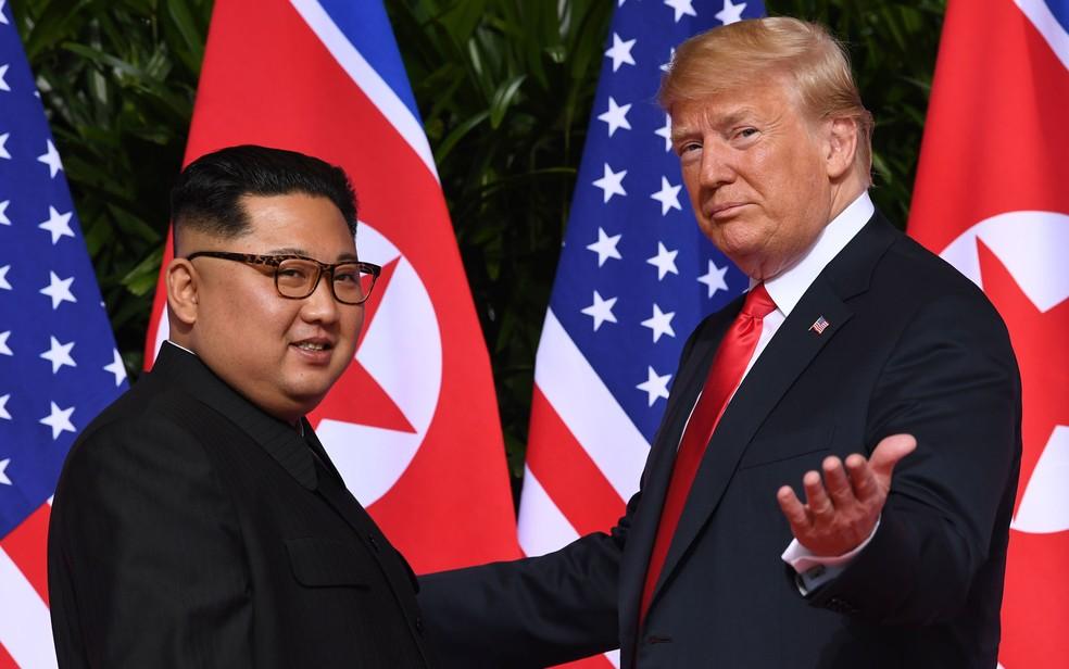 O líder norte-coreano Kim Jong-un e o presidente americano Donald Trump posam para foto durante encontro em Singapura, em 12 de junho de 2018 — Foto: Saul Loeb/AFP