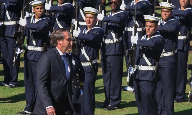 Bolsonaro desfila diante de militares da Marinha