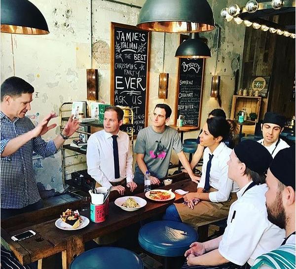 Funcionários de uma unidade da rede de restaurante de Jamie Oliver na Austráia (Foto: Instagram)