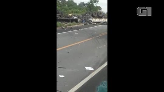 Dois motoristas morrem após caminhões baterem de frente na BR-153