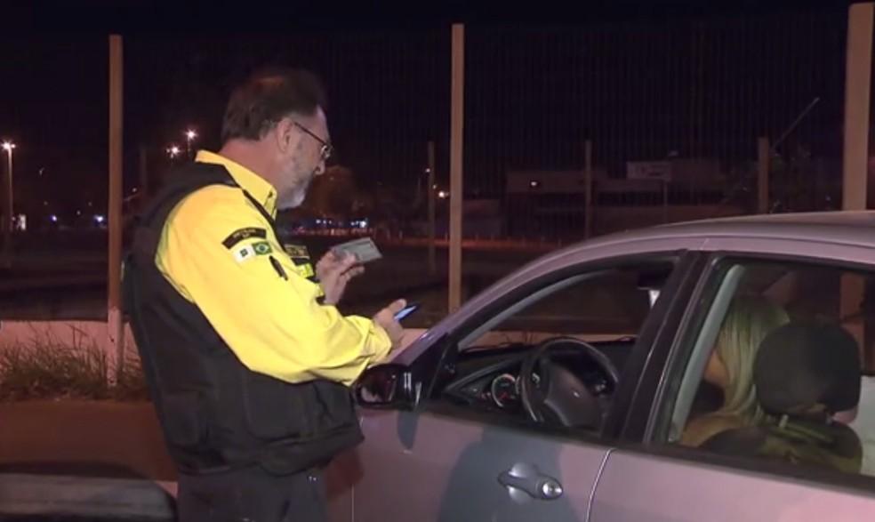 Apenas 55,8% dos veículos do DF estão licenciados, segundo Detran (Foto: TV Globo/Reprodução)