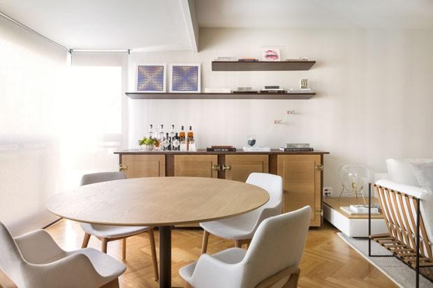 Linhas retas e tons neutros definem décor em apartamento de jovem casal (Foto: Divulgação)