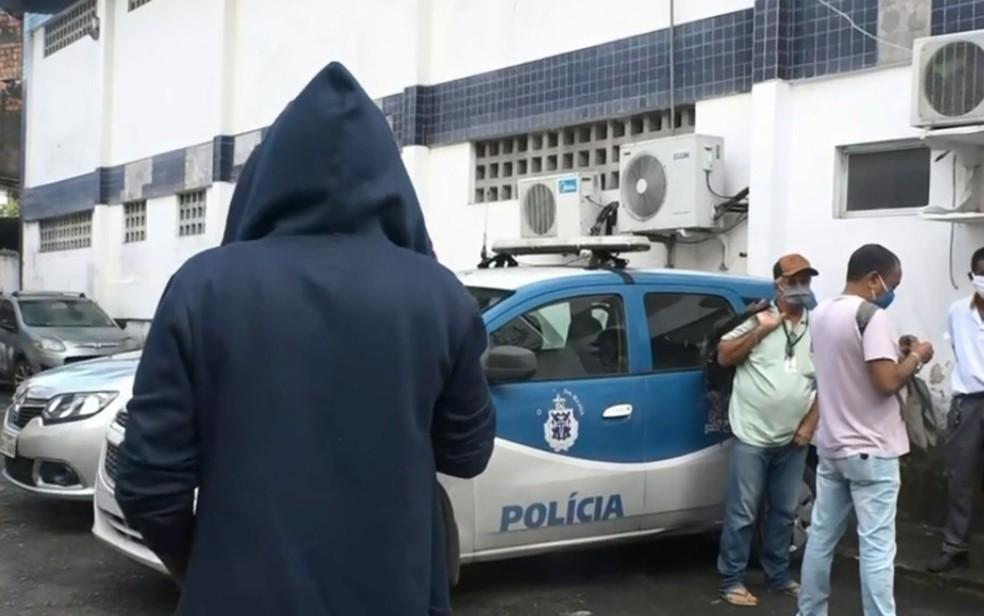 Testemunha de roubo falou sobre ação de assaltantes em ônibus na manhã desta quarta (26), em Salvador — Foto: Reprodução/TV Bahia