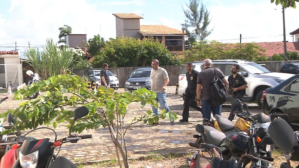 Carlos Alexandre de Souza Rocha chegou à sede da PF, na Paraíba, por volta das 9h (Foto: Marcos Cardoso/TV Cabo Branco)