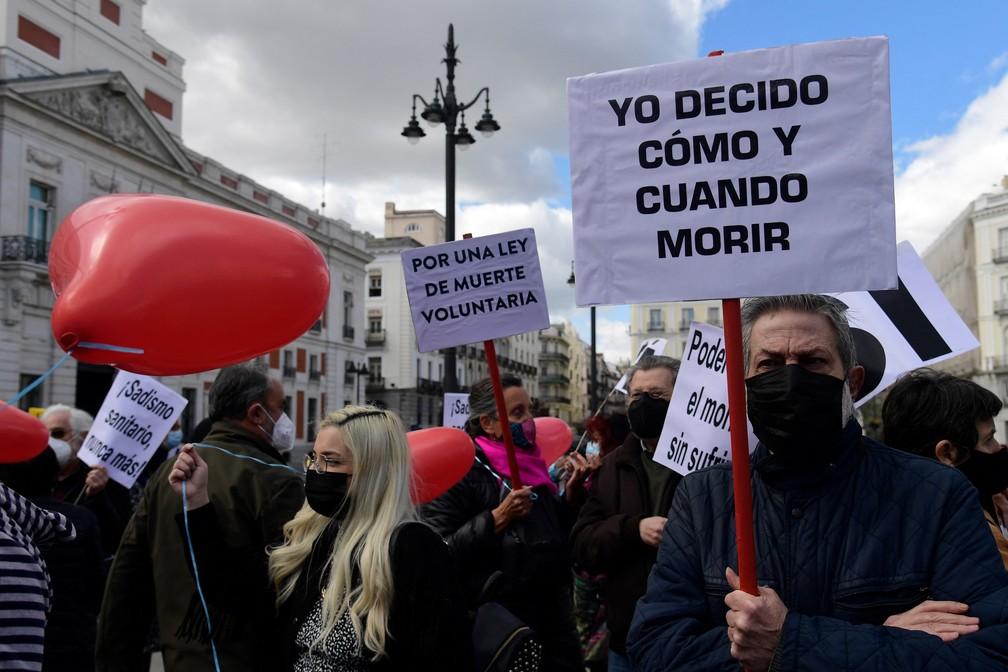 Manifestantes se reúnem no centro da capital espanhola em defesa da eutanásia em foto de 18 de março de 2021 — Foto: Javier Soriano/AFP