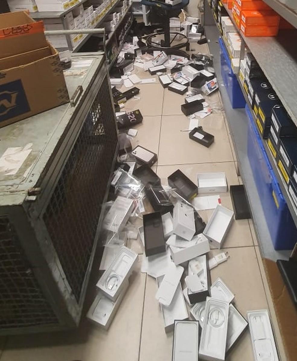 Polícia Militar encontrou caixas de celulares furtados jogados ao chão. — Foto: Divulgação