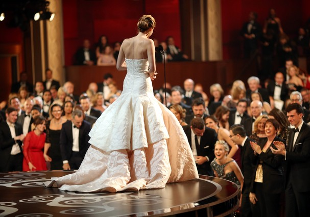 Jennifer Lawrence sobe ao palco no Oscar  (Foto: Getty Images)