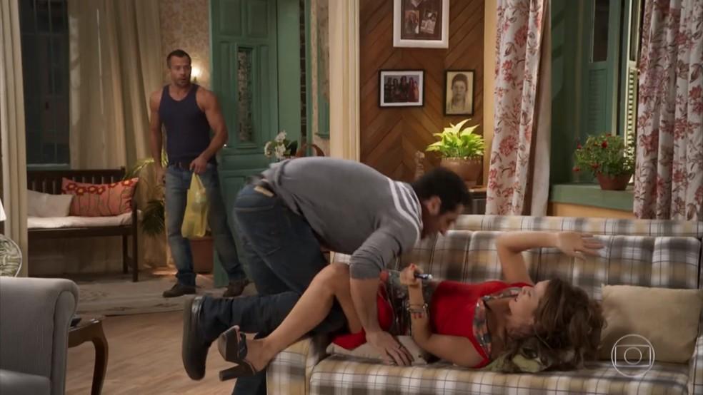 Apolo (Malvino Salvador) flagra Tancinha (Mariana Ximenes) e Beto (Malvino Salvador) em cena difícil de explicar - 'Haja Coração' — Foto: Globo