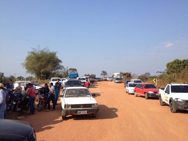 Bloqueio na rodovia já registra trânsito, em São Miguel do Guaporé (Foto: Reprodução/ WhatsApp)