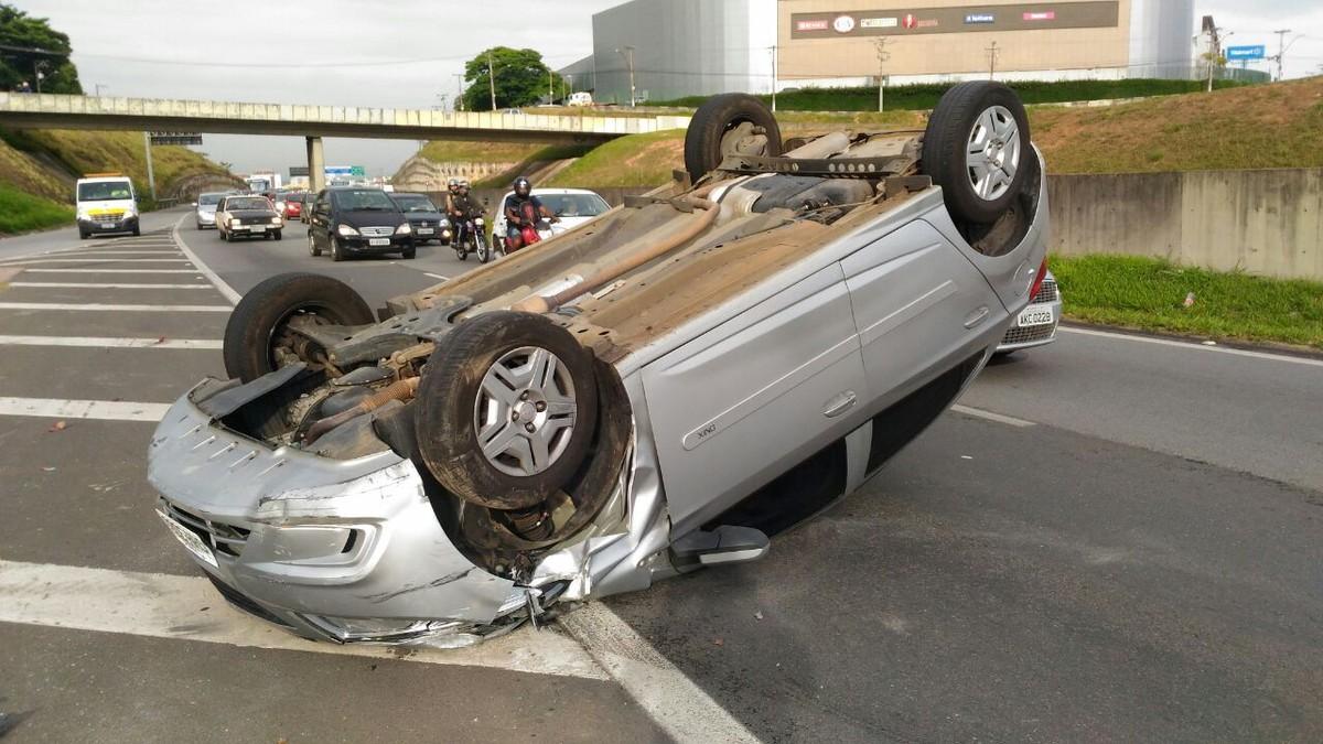 Carro capota na Rodovia Santos Dumont em Campinas; motorista não se feriu