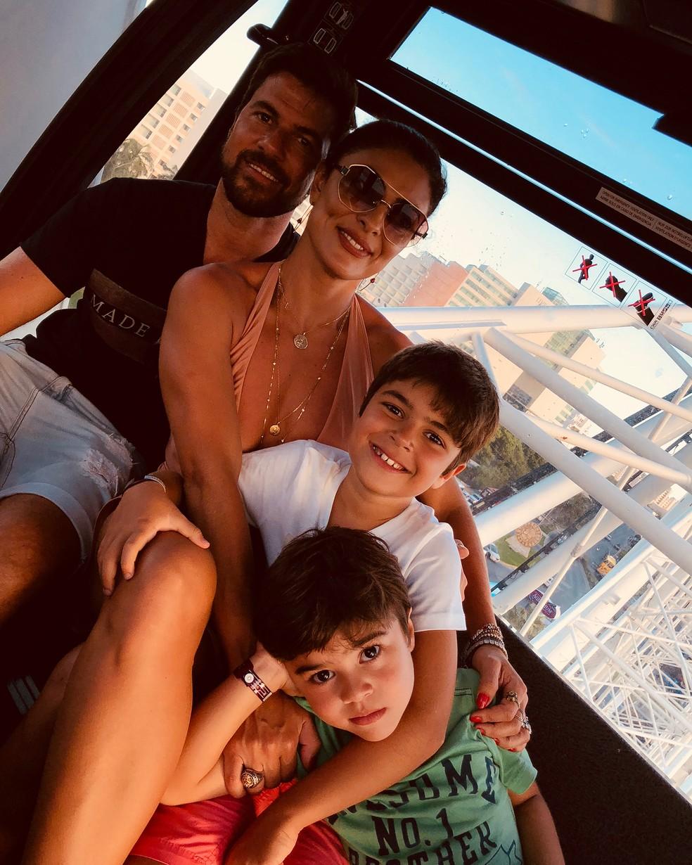 Juliana Paes com o marido, Carlos Eduardo, e os filhos, Pedro e Antonio — Foto: Reprodução/Instagram