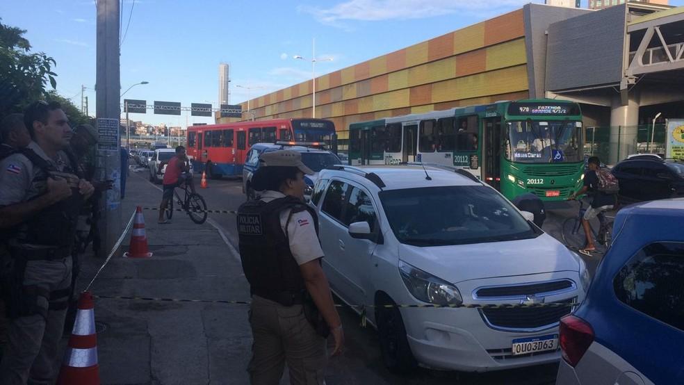 Homem é morto a tiros dentro de carro na entrada da rodoviária de Salvador — Foto: Giana Matiazzi/TV Bahia