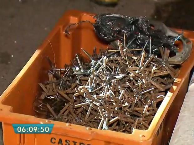 Polícia encontrou uma caixa cheia de pregos usada pelos bandidos na ação contra a Protege em Santo André (Foto: TV Globo/Reprodução)