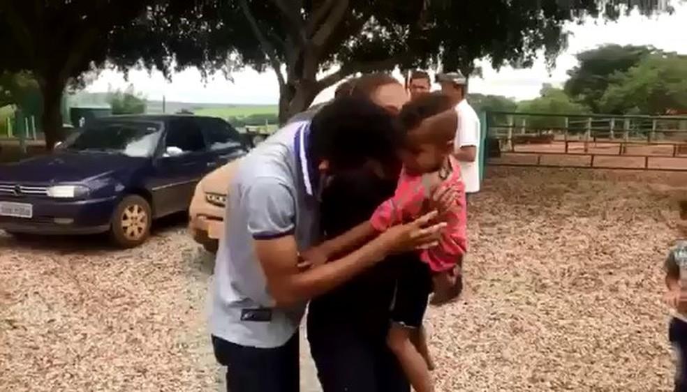 -  Momento em que os pais se encontram com a criança que estava desaparecida  Foto: Willian Tardelli/Arquivo pessoal