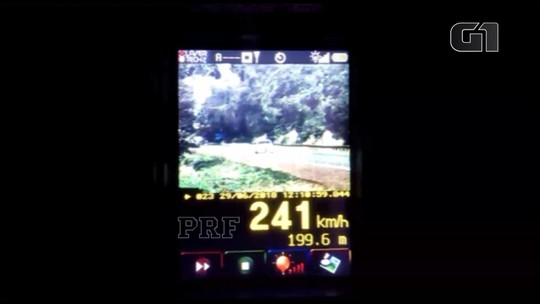Carro é flagrado pela PRF a 241 km/h em rodovia de pista simples no interior do Paraná