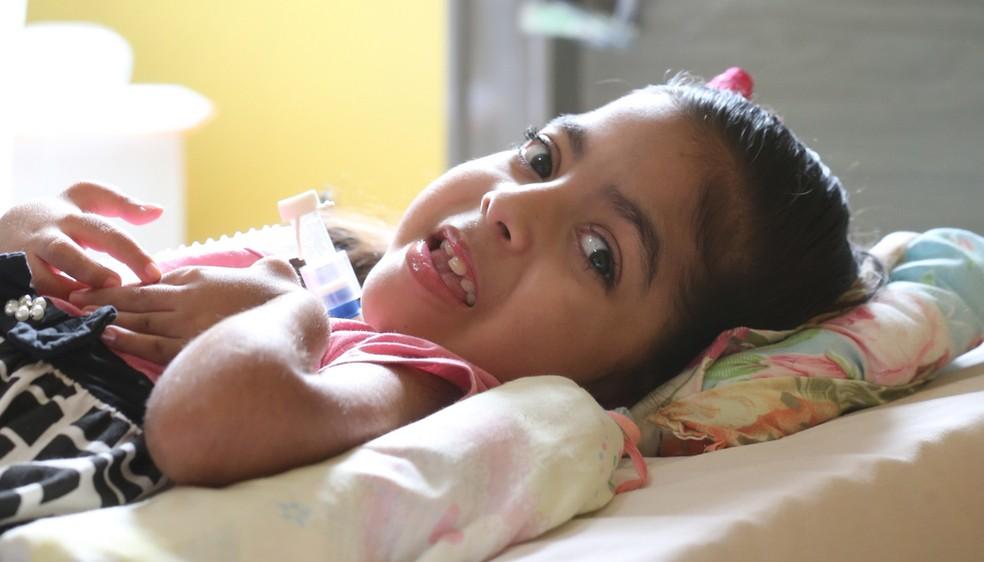 A menina Sofia tem distrofia muscular, e a condição foi descoberta quando ela tinha apenas 5 anos — Foto: José Leomar
